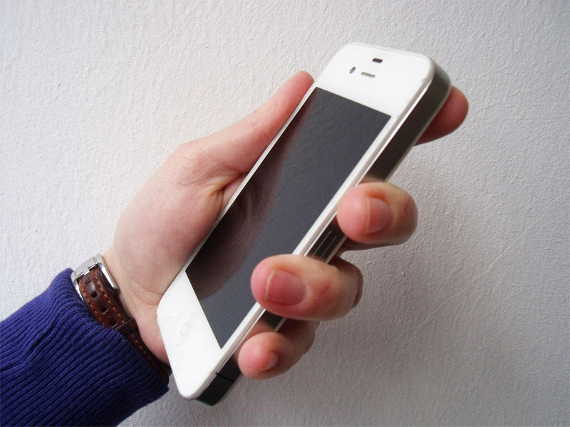 MobileAge Hand mit Smartphone