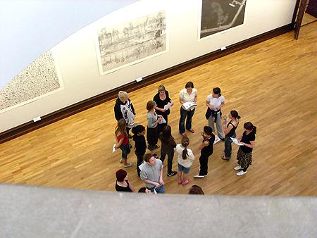 Gruppe im Museum