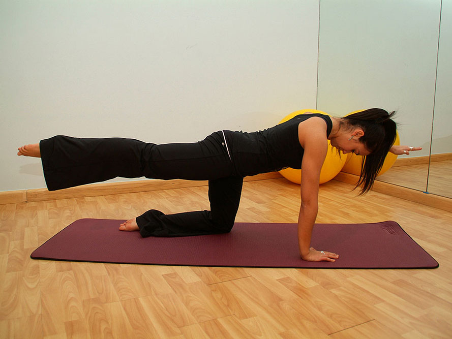 Pilates, eine Übung am Boden