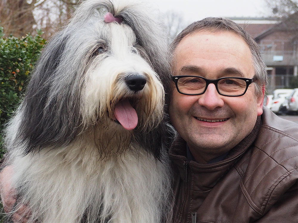 Trudi besucht demenzkranke Menschen, Mann mit Hund