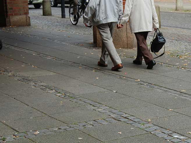 Wohnen Senioren gehen Hand in Hand