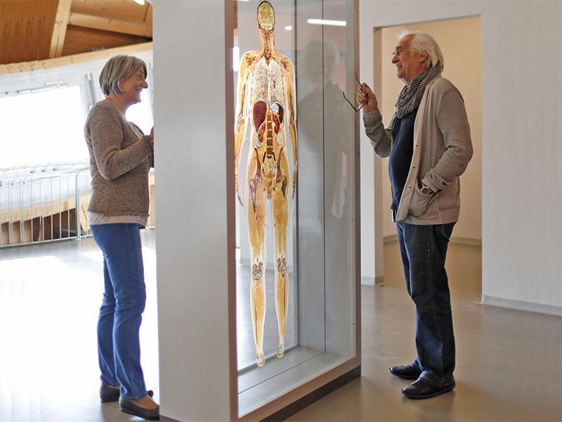 Mann und Frau vor einer Ausstellungstafel