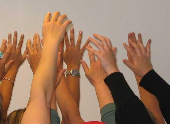 Viele Hände recken sich in die Luft