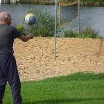 Rentner beim Volleyballspiel