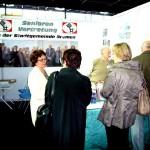 Mehrere Senioren an einem Informationsstand der Seniorenvertretung Bremen.