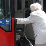 Verkehrssicherheit, Alte Dame steigt mit Rollator in eine Straßenbahn