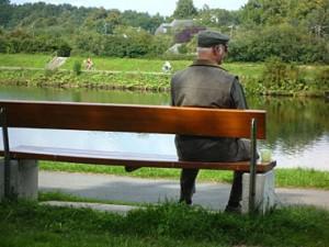 Mann auf einer Bank