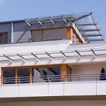 Eine barrierefreie Wohnung von Außen mit Blick auf die Dachterrasse.