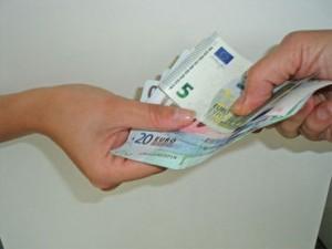 Mindestrente Geld wechselt von einer Hand in die andere