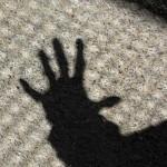 Phishing-Mails, Viren und Malware? Schatten einer ausgestreckten Hand, privat