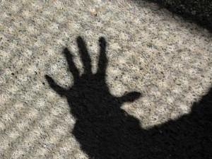 Schatten einer ausgestreckten Hand, privat