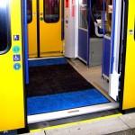 U-Bahn mit geöffneter Tür.