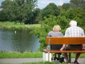 älteres Paar auf der Parkbank