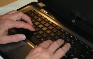 Hände auf einer Tastatur