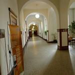Ein langer Schulkorridor.