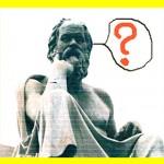 Nachdenkender Statur eines Mannes mit Fragezeichen.