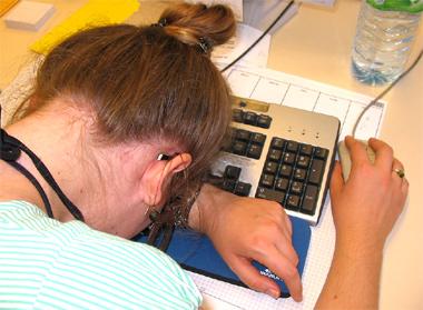 Gehackt? Kopf auf einer Tastatur