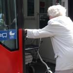 Alte Frau steigt in Straßenbahn