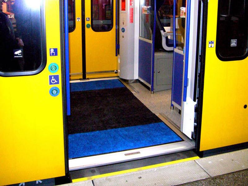 Geöffnete Tür einer Bahn