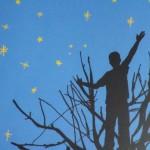 Silhouette eines Jungen auf einem Baum vor nachthimmel