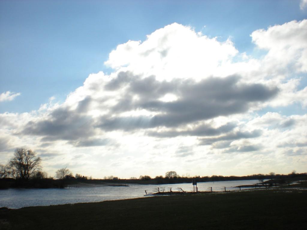 Himmel über der winterlichen Weser