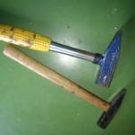 Nachbarschaftshilfe, zwei Hammer