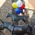 Die Stadtmusikanten mit Luftballons geschmückt