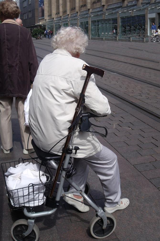 Freifahrt für Senioren, Frau sitzt auf Rollator