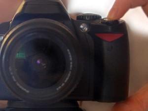 Übertragen von Bildern, Kamera mit Finger auf dem Auslöser