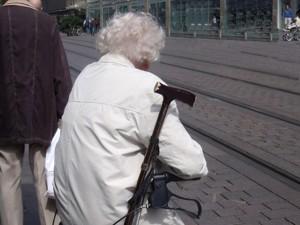 Menschen mit Behinderung Frau mit Krückstock