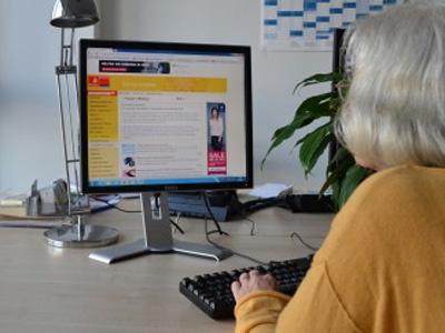 Lesbarkeit von Internetseiten, Frau vor einem Monitor