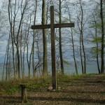 sterben hölzernes Kreuz in einem Wädchen