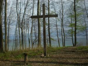 Auf Trauerfeiern sicherer bewegen, sterben hölzernes Kreuz in einem Wädchen