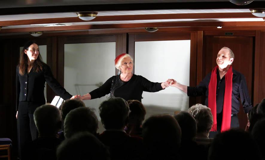 Drei SchauspielerInnen während des Applauses