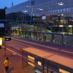 Modernes Gebäude mit Staßenbahnhaltestelle
