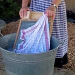 Waschzuber, Waschbrett und Wäsche