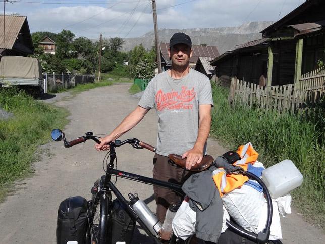 Das Bild zeigt Uwe Meißner mit seinem vollbepackten Fahrrad