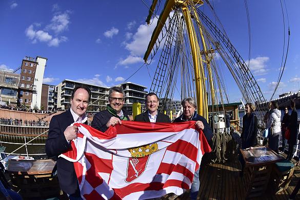 Vier Männer halten die Speckflagge