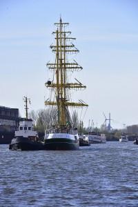 Großer Segler ohne Segel auf der Weser