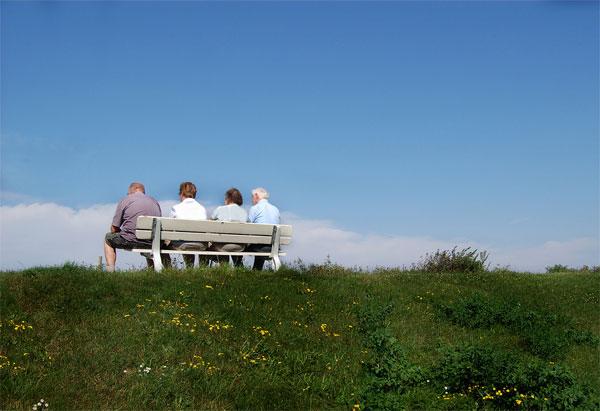 Senioren auf einer Bank auf dem Deich