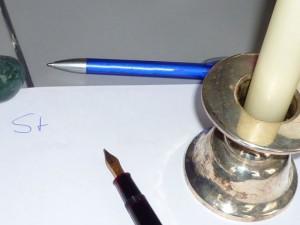Papier, Stift und Kerzenhalter