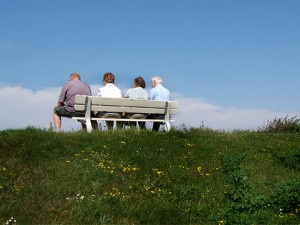 Vier Senioren auf einer Bank