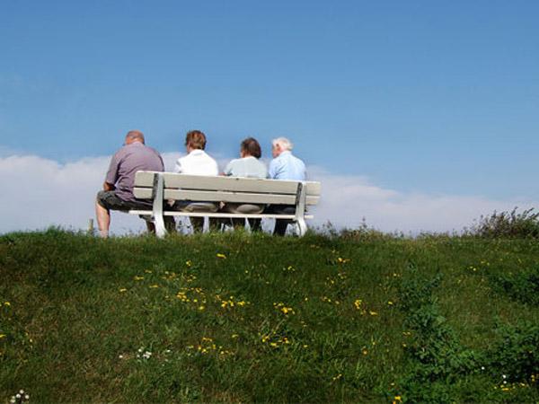 Älter werden in Bremen, Jenseits der Fünfzig Vier Senioren auf einer Bank