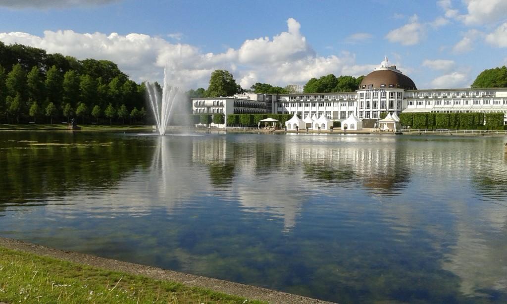 Blick über den Hollersee auf das Parkhotel