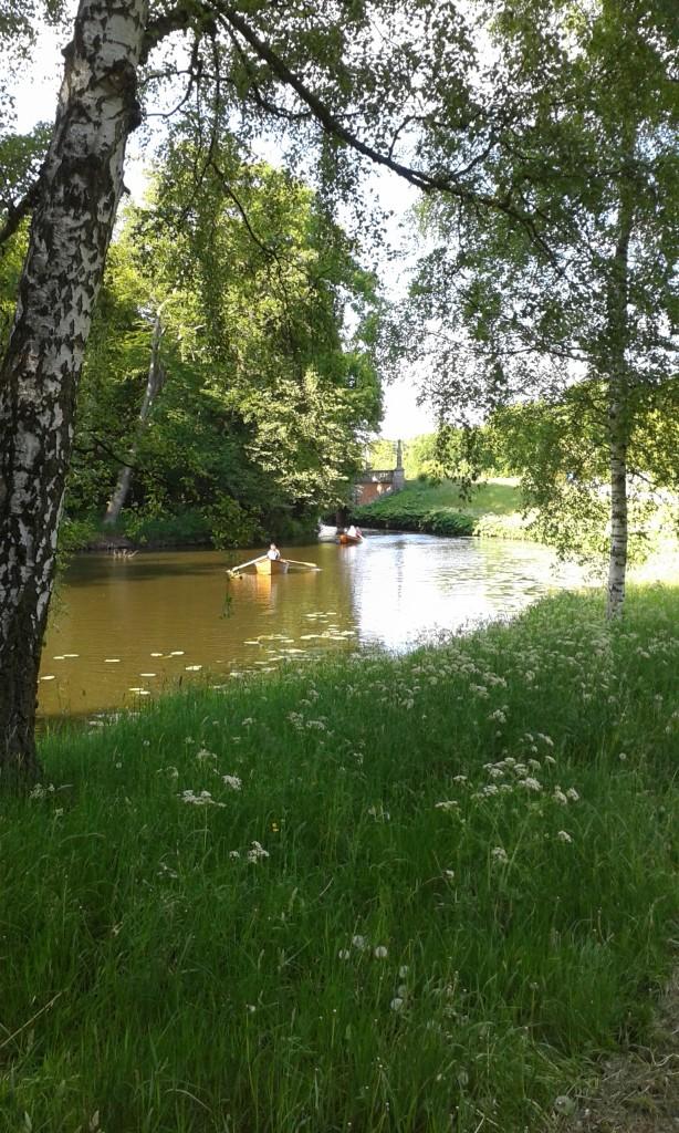 Kanal mit Ruderbooten