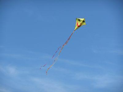 gelber Drachen vor blauem Himmel