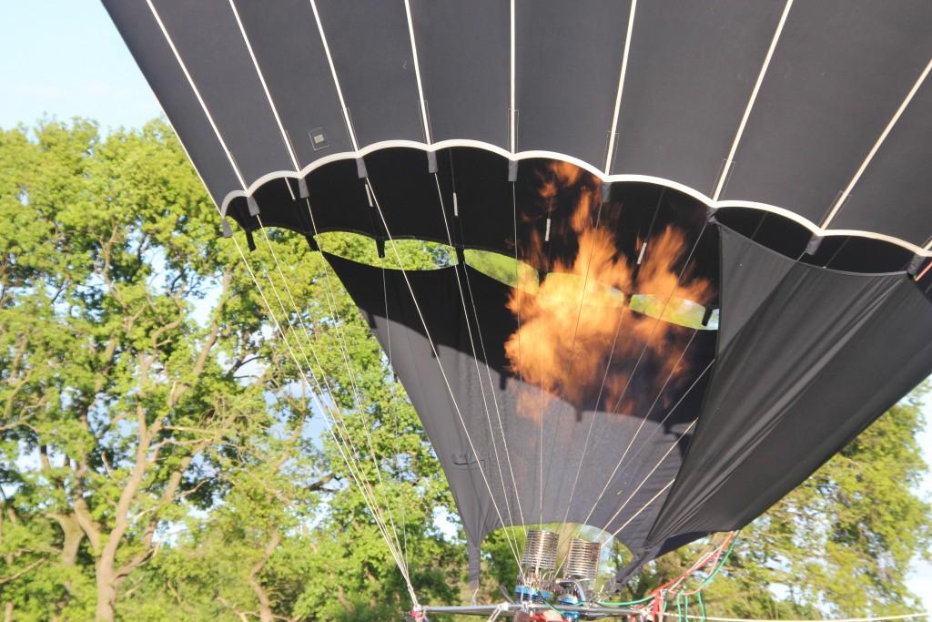 Flammen steigen in einen Heißluftballon