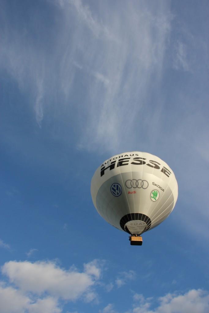 Heißluftballon vor blauem Himmel