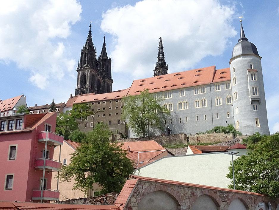 Burg mit Domtürmen im Hintergrund