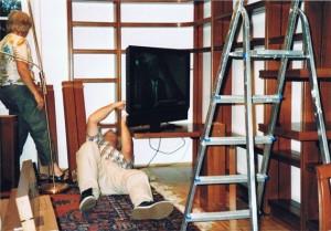 Personen beim Aufbau eines Bücherregals